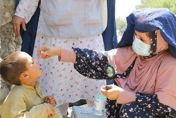 Criança sendo vacinada contra a pólio no Afeganistão