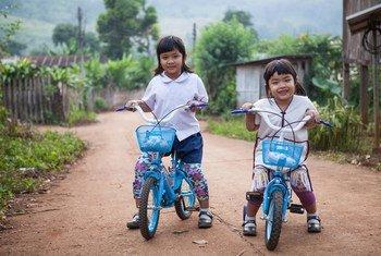 Ingfah Chommeelap, na direita, e sua irmã mais velha na vila Baan Muang Pam, na Tailândia. Ensino nestas idades é fundamental para desenvolvimento da criança.
