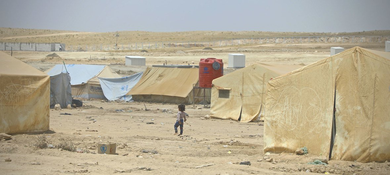 Un niño camina en el canmpamento de Al Hol en Siria, que alberga más de 70.000 personas.