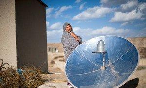 一位阿富汗妇女使用太阳能锅具进行烹饪。(2015年5月图片)