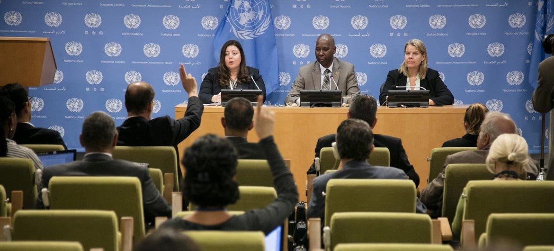 مؤتمر صحفي يضم رئيس الجمعية العامة للدورة 74،تيجاني محمد باندي،(وسط)، السيدة ريم أباظة المتحدثة باسمه (شمال)، والسيدة ماري سكاري، رئيسة ديوانه (يمين).