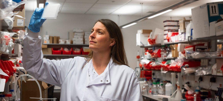 Los científicos de la Universidad de Oxford dicen que la vacuna que están desarrollando produce una fuerte respuesta inmune entre los pacientes