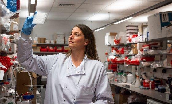 牛津大学詹纳研究所的科研人员表示,由该机构研发的新冠疫苗在接受测试的志愿者中间产生了强有力的免疫反应。