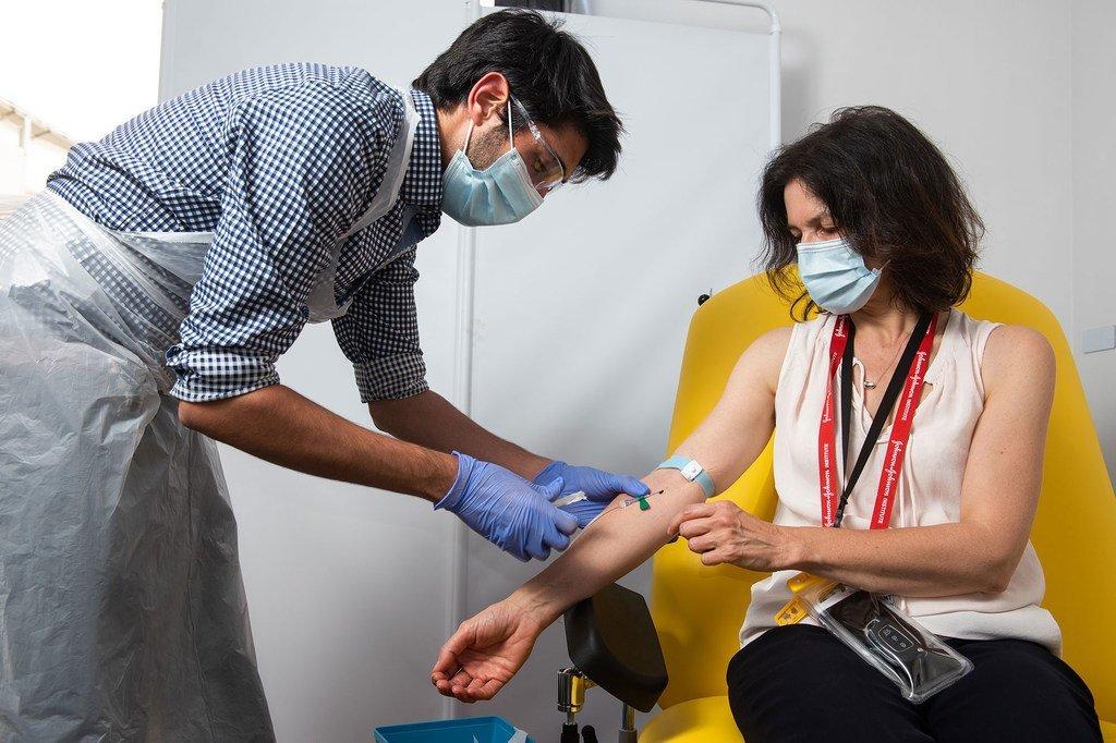 Una joven de Reino Unido recibe la vacuna contra el COVID-19 en un ensayo clínico.