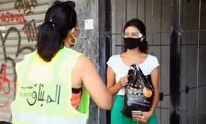 صندوق الأمم المتحدة للسكان يتعاون مع الشركاء في توزيع حزمات الكرامة على النساء في بيروت عقب الانفجار المدمر.