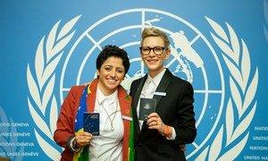 无国籍问题活动家玛哈·马默在联合国难民署第70次年度执委会会议期间,与难民署亲善大使、著名影星凯特·布兰切特手持各自的护照合影留念。