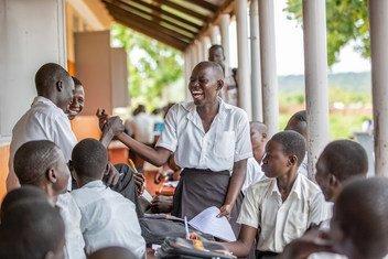 乌干达的一名女学生正在与同学们交流。