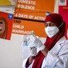 Muhudumu wa afya akiandaa chanjo ya COVID-19 katika hospitali mjini Moghadishu Somalia