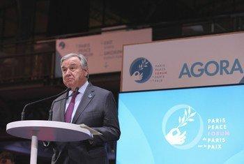 Le Secrétaire général de l'ONU, António Guterres, prononce un discours lors du Forum de Paris sur la paix dans le Hall de la Villette, en France.