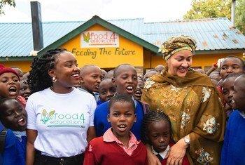 """联合国常务副秘书长阿米娜·默罕默德走访肯尼亚首都内罗毕的一所小学。该所学校得到肯尼亚一名青年企业家创立的""""食品教育交换项目""""(Food4Educatoin)的支持,通过向学校提供餐食保障学生能够留在课堂接受教育,而不必为了吃饭问题被迫辍学。"""