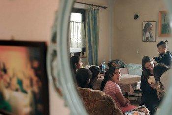Des membres d'une famille rom apatride assis dans leur salon à Darda, en Croatie.