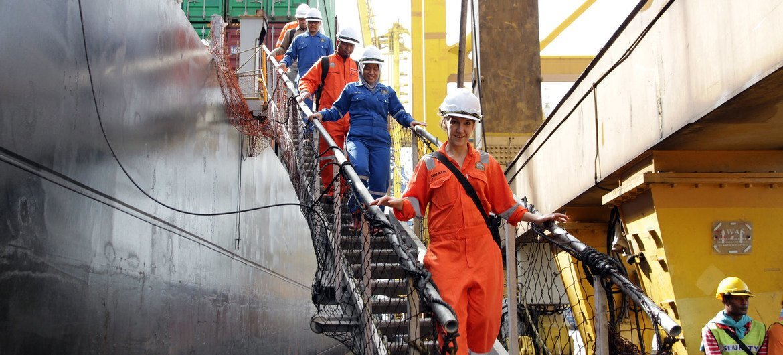 Моряки, перевозящие важные грузы в условиях пандемии, стали героями современности
