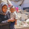 Une jeune fille et son frère dans le camp d'Al Dhale'e pour personnes déplacées par le conflit au Yémen.