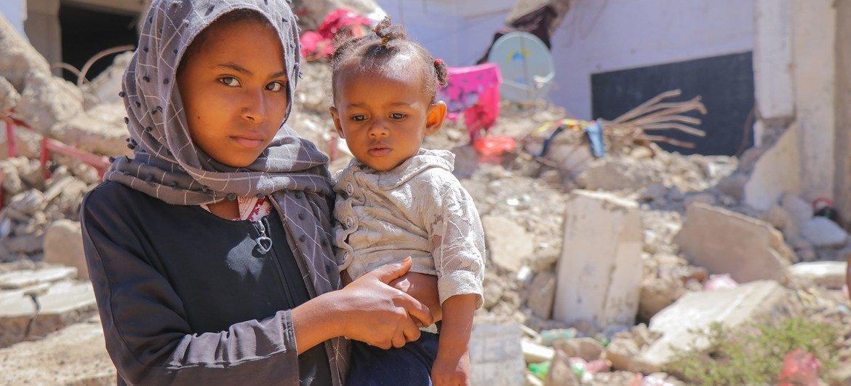 Menina e seu irmão em assentamento de deslocados de Al Dhale'e, no Iêmen