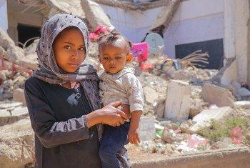 فتاة صغيرة وشقيقها في مخيم الضالع للنازحين جراء الصراع في اليمن.