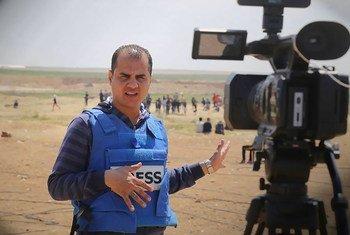 巴勒斯坦记者穆罕默德·阿瓦德在现场报道。