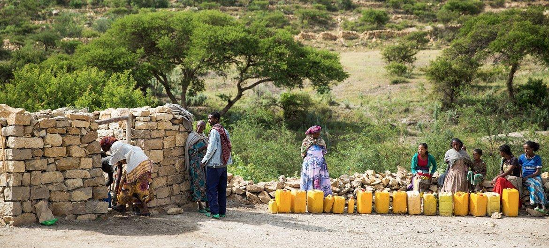 Des familles vont chercher de l'eau dans un puits soutenu par l'UNICEF à Kilte Awlalo, dans la région du Tigré, en Éthiopie.