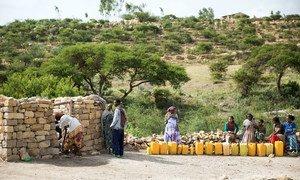 在埃塞俄比亚提格雷地区,一些家庭从联合国儿童基金会支持建立的水井中取水。