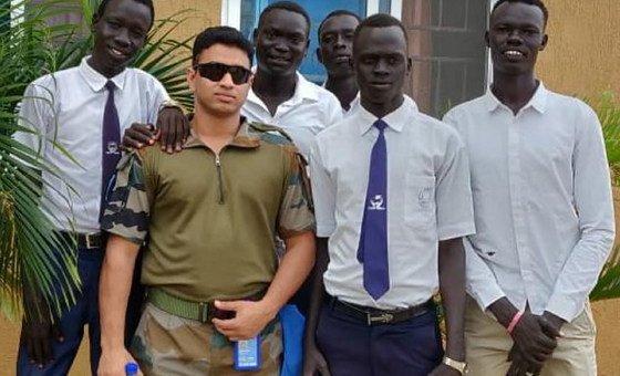 लैफ़्टिनेंट कर्नल रिचमार्क फ़र्नान्डेज़ (बाएँ से दूसरे) एक भारतीय शांतिरक्षक हैं जो दक्षिणी सूडान के बोर इलाक़े में पालतू पशुओं का स्वास्थ्य बेहतर करके लोगों का जीवन बेहतर बना रहे हैं.