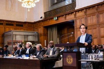 म्याँमार की राजनैतिक नेता आँग सान सू ची संयुक्त राष्ट्र के हेग स्थित अंतरराष्ट्रीय न्यायालय में अपने देश के समर्थन में अपना पक्ष रखते हए. (11 दिसंबर 2019)