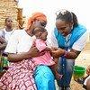 Une employée de l'Agence des Nations Unies pour les réfugiés (HCR) s'occupe d'un bébé dans un centre de santé soutenu par l'ONU dans la région nord du Burkina Faso (photo d'archives).