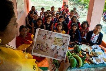 भारत में किशोर उम्र के बच्चों को पोषक आहार के लाभों के बारे में बताया जा रहा है.