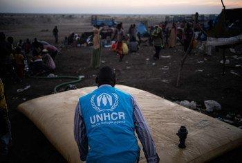 Un membre du personnel du HCR s'assure que les réfugiés éthiopiens de Hamdayet, au Soudan, ont accès à l'eau.