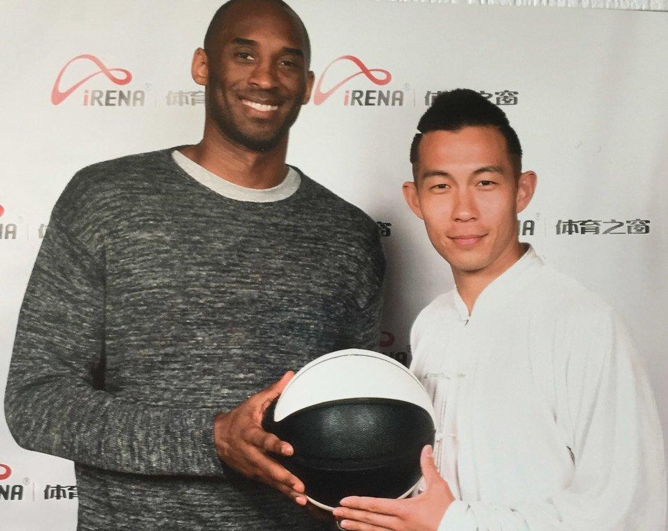 姜山与篮球巨星科比·布莱恩特进行太极篮球互动教学。