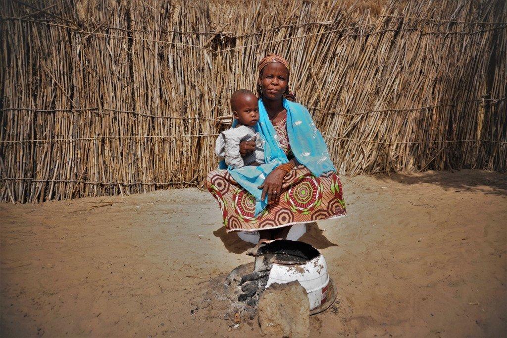 Amarcia et son enfant font partie des 1,5 million de personnes déplacées au Niger par le conflit qui touche l'ensemble de la région centrale du Sahel.