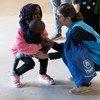 一名难民署工作人员在葡萄牙里斯本机场欢迎来自叙利亚和南苏丹的难民。(资料照片)