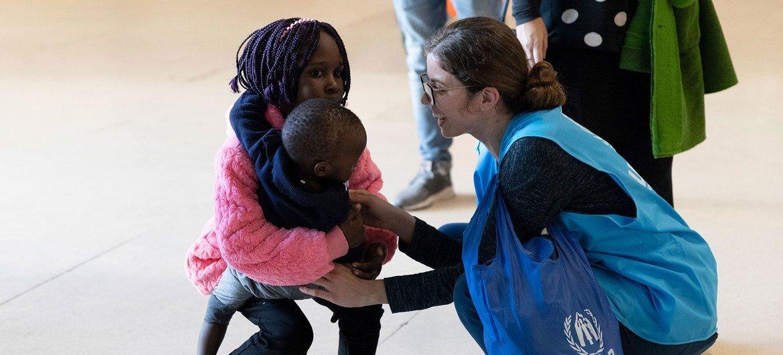 Funcionária do Acnur recebe refugiados reassentados originalmente da Síria e do Sudão do Sul no aeroporto de Lisboa, em Portugal