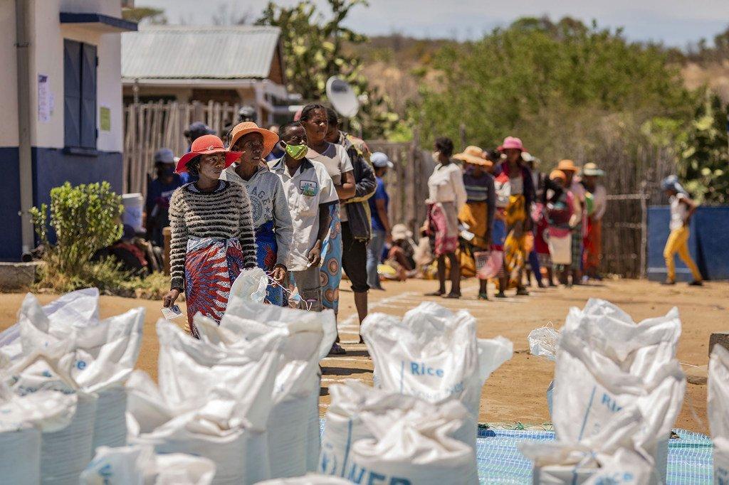 Le PAM fournit une aide alimentaire aux communautés touchées par la sécheresse à Ifotaka, dans le sud de Madagascar.