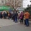 中国南京东的居民排队购买口罩。
