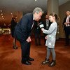 A l'extérieur de la salle du Conseil de sécurité, la jeune reporter de la RTBF, Héloïse Lejeune, pose une question au Secrétaire général de l'ONU, António Guterres, sur les enfants piégés dans les conflits armés.