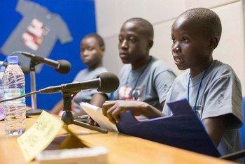 Watoto wa shule ya msingi mjini Juba nchini Sudan Kusini wakijadiliana kwa njia ya redio kuhusu siku ya amani. Tukio hilo liliandaliwa na redio Miraya mnamo mwaka 2014