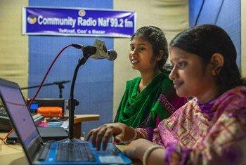 جويا بول هابي،(شمال) وشانتا بول(يمين) مقدمتا برامج في راديو تكناف في بنغلاديش.