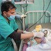 طفل بعمر الثلاثة أشهر يتلقى العلاج من سوء التغذية الحاد في العاصمة اليمنية صنعاء بأحد المستشفيات التي تدعمها اليونيسف.