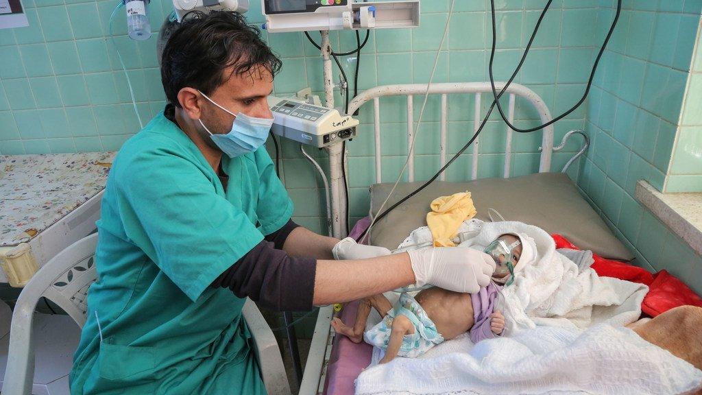 Un bébé de trois mois est traité pour une malnutrition aiguë sévère à l'hôpital Al-Sabeen de Sanaa, au Yémen, soutenu par l'UNICEF.
