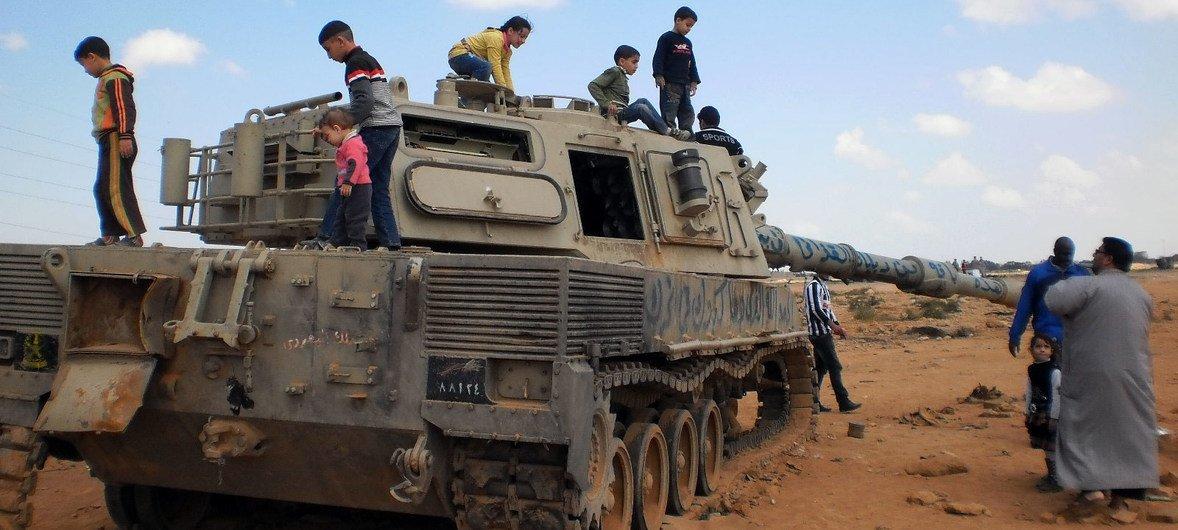 Un tanque de guerra destruido en Bengazi, Libia ahora es utilizado por niños para jugar.