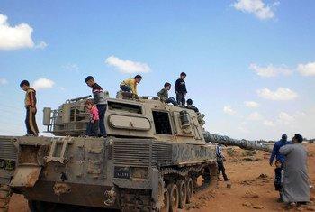 Tanque militar danificado virou local de brincadeira para crianças em Bengazi, na Líbia