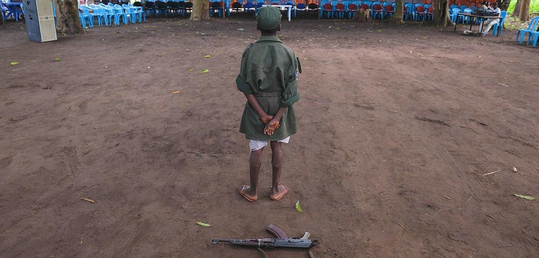 Un niño de pie durante una ceremonia de liberación de menores de las filas de los grupos armados en Sudán del Sur.