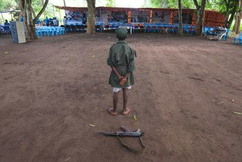 طفل ممن تم إطلاق سراحهم من صفوف الجماعات المسلحة، مع بدء عملية إعادة الإدماج في يامبيو، جنوب السودان.