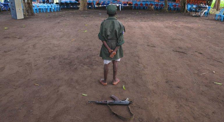 طفل من تم إطلاق سراحهم من صفوف الجماعات المسلحة، مع بدء عملية إعادة الإدماج في يامبيو ، جنوب السودان.