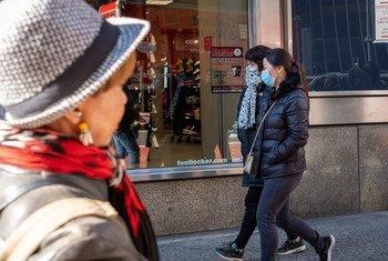 سكان نيويورك يرتدون الأقنعة كإجراء وقائي لمكافحة الإصابة بكوفيد-19
