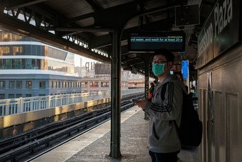 Cada vez más personas en Nueva York se quedan en casa como medida de prevención contra el coronavirus