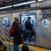 新冠疫情之下的纽约地铁,部分乘客戴起了口罩。