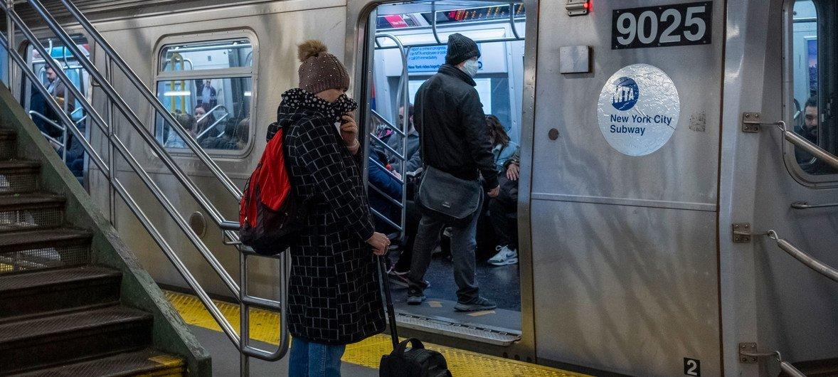 En el metro de la ciudad de Nueva York, la gente lleva máscaras como medida preventiva contra el coronavirus.