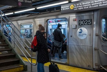 No metrô de Nova York, pessoas estão usando máscaras faciais como precaução contra o coronavírus.
