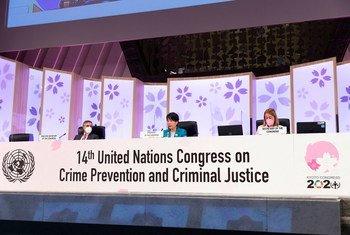 अपराध रोकथाम और आपराधिक न्याय पर, संयुक्त राष्ट्र की 14वीं काँग्रेस (क्योटो) की अध्यक्षा और जापान की न्याय मन्त्री योको कामीकावा (मध्य), समापन की घोषणा करते हुए.