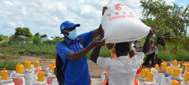 世界粮食计划署雇用的人道主义工作者亚贝尔·科萨(Abel Cossa)正在帮助分发援助物资。